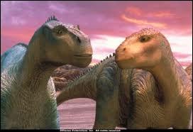 Comment s'appelle le dinosaure à gauche ?