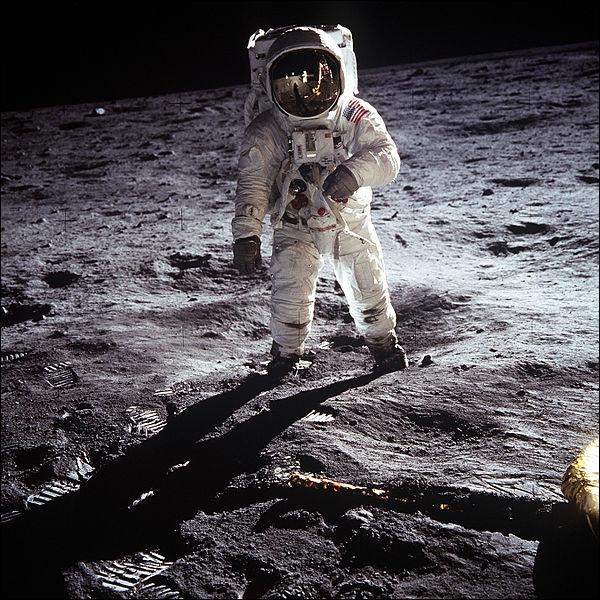 Littérature : En 1865, quel écrivain publie un roman d'anticipation décrivant presque dans les détails la mission « états-unienne »  Apollo 11  de juillet 1969 ?