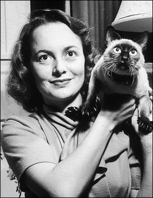 Le chat a un léger air d'inquiétude ou de ras-le-bol, ou alors est-ce le même regard un peu étonné que sa maîtresse, l'actrice ?