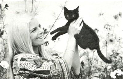 La blonde et le joli chaton tout noir, qui est la star ?