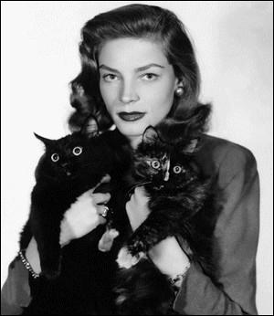 Surnommée The look, pour son regard, celle qui fut l'épouse d'Humphrey Bogart pose ici avec deux jolis chats. Qui est-elle ?