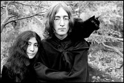 Un couple star s'il en est, la plasticienne et le musicien... et le chat ! Qui sont-ils ?