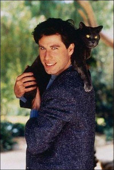 Jeune et fringant sur cette photographie, avec le chat juché sur l'épaule dans une position appréciée des félins, qui est la star ?
