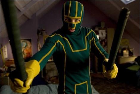Quel nom de super-héros porte ce lycéen, héros du film éponyme sorti en 2010, qui a décidé de revêtir un costume vert et jaune pour défendre la veuve et l'orphelin ?