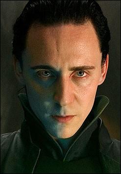 Tom Hiddleston interprète dans  Thor  et  The Avengers  un ennemi du célèbre dieu de la foudre :