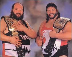 Qui est ce catcheur de la WWF à droite ?