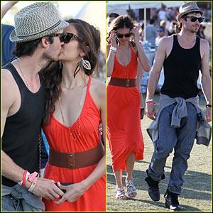 Qui embrasse-t-il sur cette photo ?
