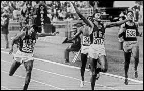 En 1968, à Mexico, deux athlètes noirs américains ont fait sensation sur le podium car pendant l'hymne des USA, ils ont...