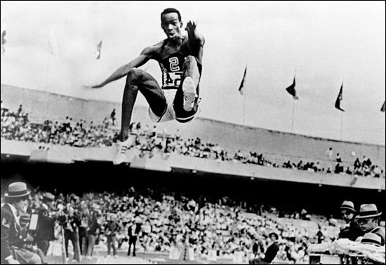 Mexico encore (quels jeux ! ), Bob Beamon pulvérise le record du monde de saut en longueur avec un saut de...