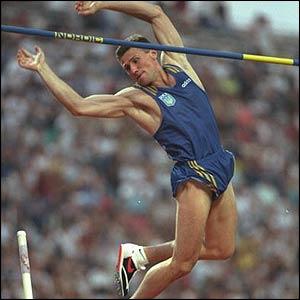 En saut à la perche, dans toute sa carrière olympique, le grand champion Sergueï Bubka a remporté...
