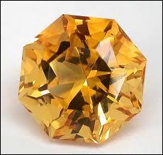 Je suis une pierre jaune.