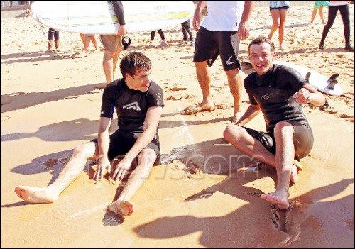 Comment s'appellent les copines de Liam et Louis ?