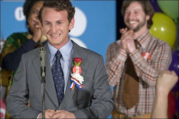 San Francisco, 1972, un homme se présente aux élections. Après de nombreux échecs, il est élu conseiller municipal en 1977 et devient le héros de la lutte contre les discriminations.