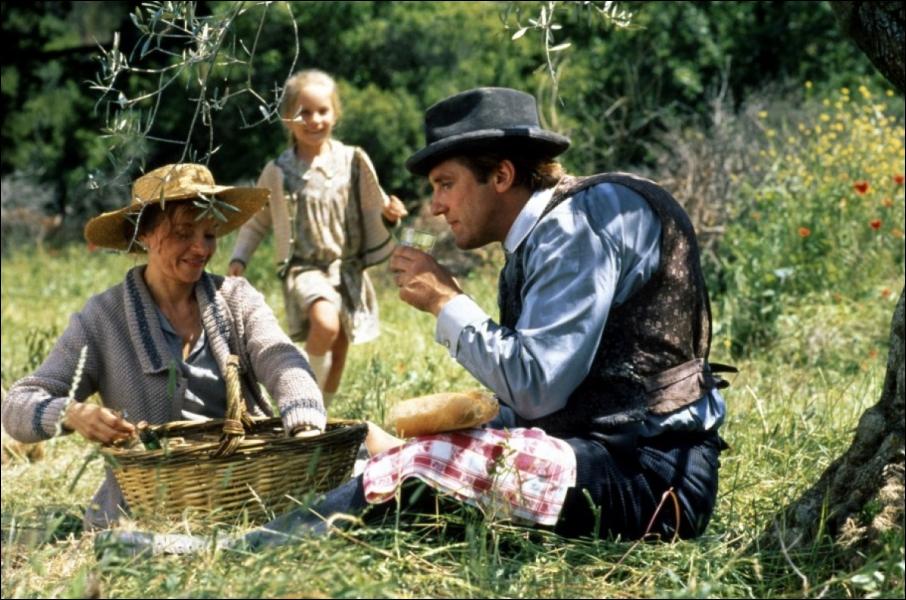 L'histoire se passe en Provence, au milieu des années 20. Le Papet et Ugolin convoitent un mas pour sa source afin d'y cultiver des oeillets. Mais les héritiers prennent possession des lieux.
