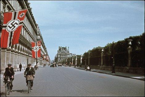 Quel aspect de la guerre évoque cette photographie de Zucca, montrant la rue de Rivoli à Paris ?