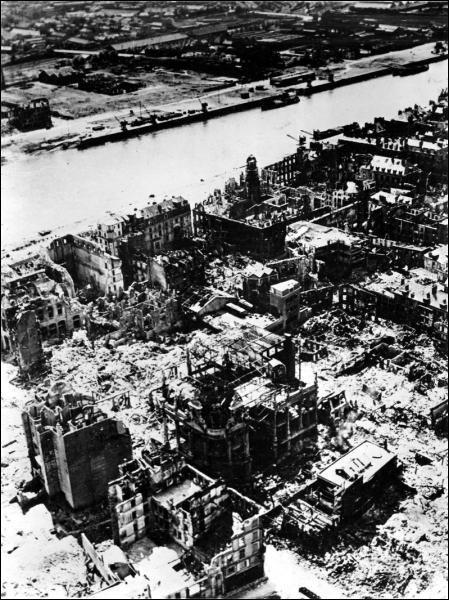 Cette photographie montre les quais de Rouen suite aux bombardements de mai 1944 (la semaine rouge). Coche l'information incorrecte.