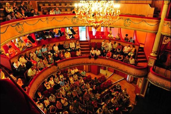 Quelle est la figure de style présente dans la phrase  Il y a environ 200 têtes dans ce théâtre.   ?