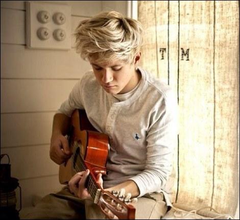 Niall joue de le guitare depuis qu'il a :