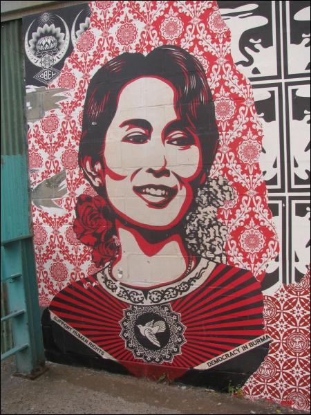 Quel parti d'opposition, dont Aung San Suu Kyi est la figure de proue, a remporté les élections législatives partielles en Birmanie le 1er avril ?