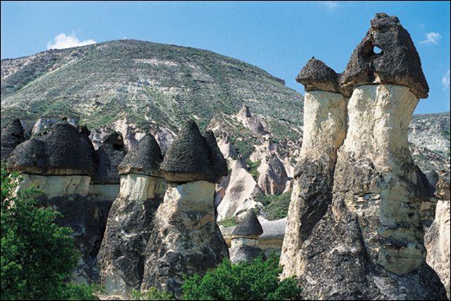 Ce paysage aux formes bizarres peut servir de résidence troglodytique aux habitants du coin. Où se trouve-t-il ?