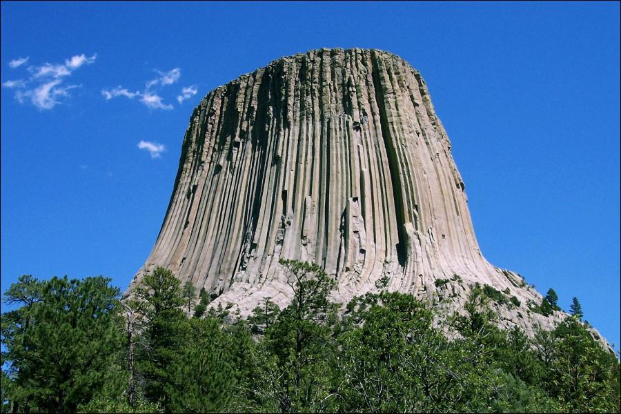 Cette montagne insolite serait idéale pour l'atterrissage d'une soucoupe volante. Dans quel pays se trouve-t-elle ?