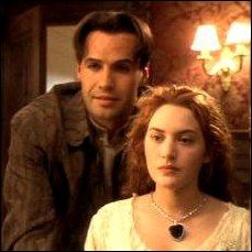 Jack la persuade de ne pas sauter, et au moment où elle se décide, elle glisse et Jack la rattrape. Quelle excuse Rose invente-elle pour expliquer la chute à son fiancé ?