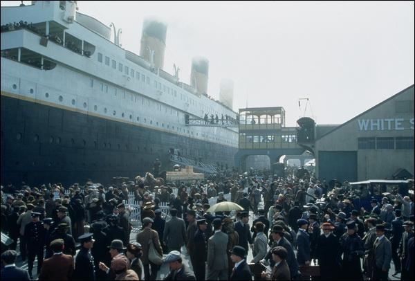 Quand elle leur dit avoir survécu au naufrage du Titanic, elle commence à leur raconter son histoire. En quelle année se passe son histoire ?