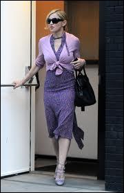Qui est donc cette star pourtant ultra-branchée et d'avant-garde, habillée comme une mamie faisant ses courses ?