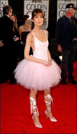 Par une curieuse idée, pas forcément heureuse, cette actrice de la série The practice porte une sorte de robe de ballet. Qui est-elle ?