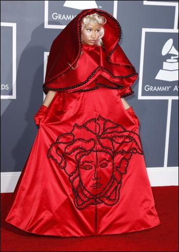 C'est l'artiste Nikki Minaj qui, à la Cérémonie des Grammys porte une tenue franchement proche du ridicule, pourtant d'un grand couturier. Quel couturier ?