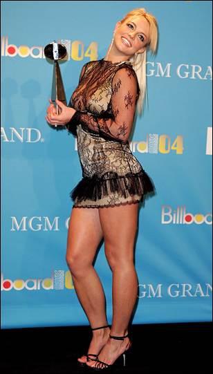 Qui est la star qui porte cette tenue digne d'une patineuse de cabaret ?