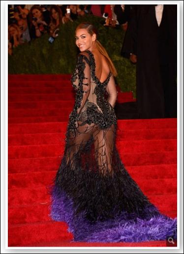 Pour apprécier vraiment, il faut cliquer sur la photo pour l'agrandir. Qui a porté récemment cette robe toute en transparences assez malencontreuses ?