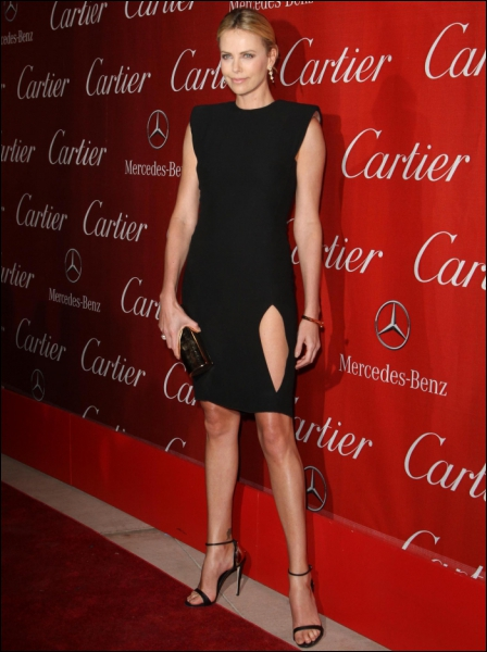Ceci est pourtant une robe signée d'un grand couturier, puisqu'il s'agit d'un modèle Lanvin. Elle n'est pourtant pas flatteuse même portée par ?
