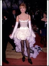 C'est pourtant à l'occasion de la Cérémonie des Oscars que cette actrice a porté ce modèle pour le moins disgrâcieux. Qui est-elle ?