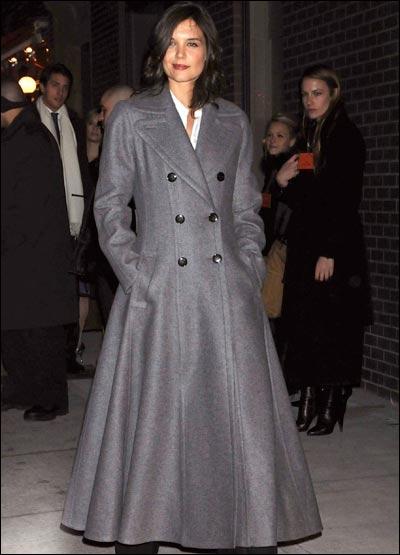 On reste un peu interdit devant ce choix d'un manteau qui a l'air de faire 3 tailles de trop, surtout pour l'épouse d'un milliardaire, puisqu'il s'agit de ?