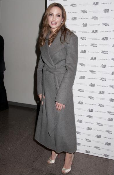 Peut-être s'agit-il d'une mode à Hollywood, car voici encore un manteau désespérément mal coupé ou bien trop grand, sur les épaules de ?