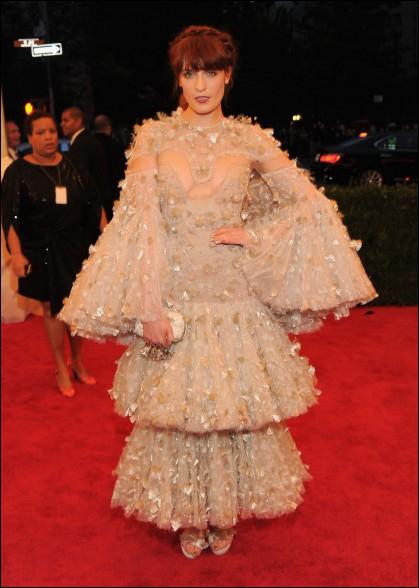 L'artiste qui porte cette... chose est peu connue en France, il s'agit de Florence Welch. A quoi peut faire penser une telle tenue ?
