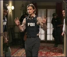 Dans un épisode de la saison 4, avec quel membre de son équipe Reid est-il retenu prisonnier par une secte religieuse ?