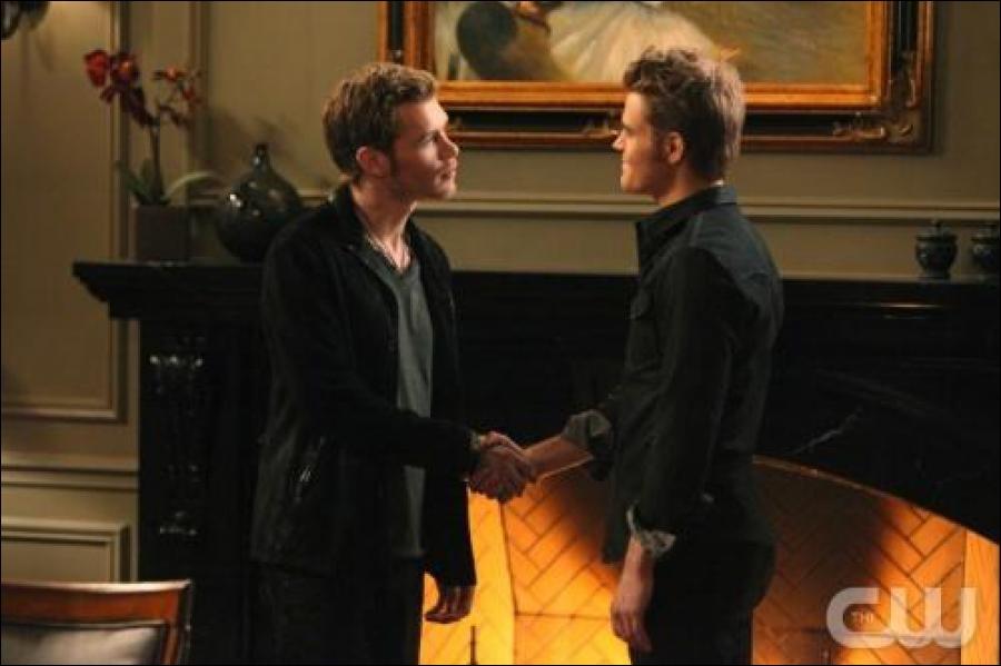 Qui fait un pacte avec Stefan pour ne pas qu'Alaric retrouve le corps de Klaus ?