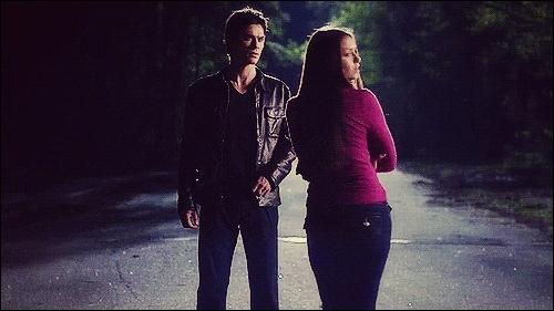 Que fait Damon à Elena quand ses parents viennent la chercher ?