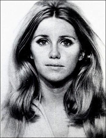 Elle a arrêté sa carrière d'actrice en 2001 mais reste une actrice emblématique du petit écran grâce aux séries  Notre belle famille  ou  Three's Company  ? Qui est-ce ?