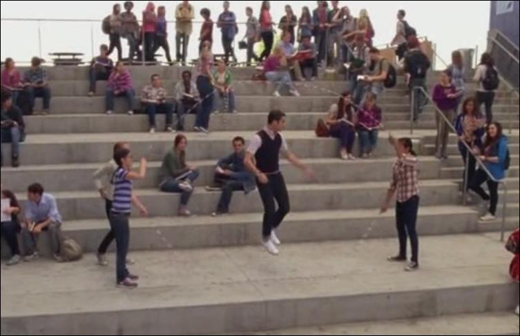 Saison 4 épisode 1 : Quelle chanson Blaine chante-t-il a Kurt pour son départ a New York ?