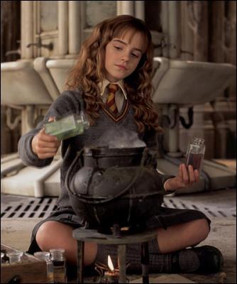 Durant leur deuxième année à Poudlard, Harry, Ron et Hermione essayent de prendre l'apparence d'élèves de Serpentard. En qui Hermione compte-t-elle se transformer ?