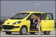 Cette petite automobile aux portes coulissantes est une ...