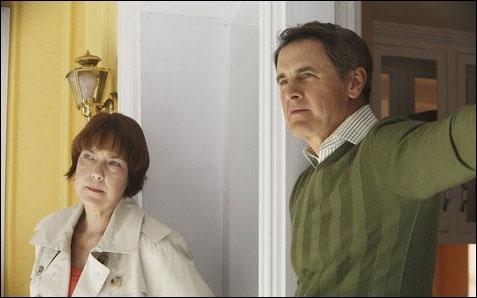 Dans l'avant dernier épisode, comment Susan détourne-t-elle l'attention de Felicia Tilman quand elle surprend cette dernière en train de tuer Paul progressivement ?