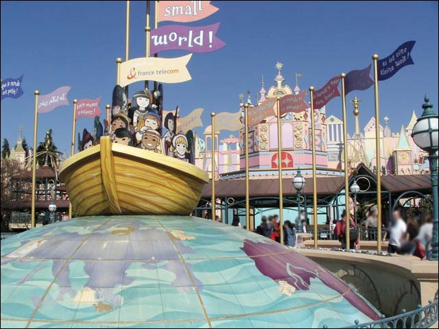 Combien y a-t-il d'animatronics dans l'attraction  It's small world  ?