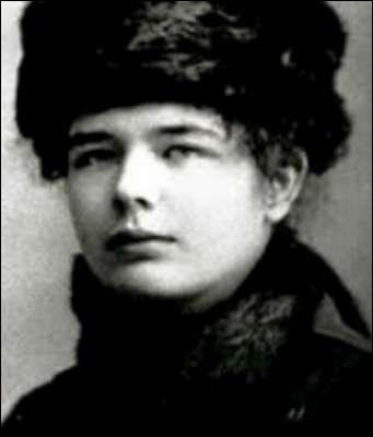Littérature : Écrivaine française du XXe siècle, elle est l'auteure de romans et de nouvelles « humanistes ». On lui doit entre autres l'œuvre  Souvenirs pieux . De qui s'agit-il ?