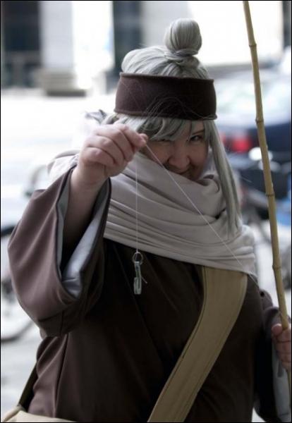 C'est une vieille marionnettiste et la grand mère de Sasori, elle a ressusciter Gaara en échange de sa vie...