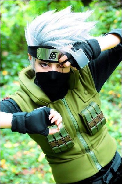 Il est appelé le  Ninja Copieur  à cause de son Sharingan qu'il a eu grâce à son ami Obito qu'il croyais mort...