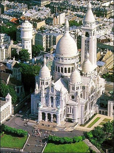 A Paris, le Sacré Coeur se trouve sur la...